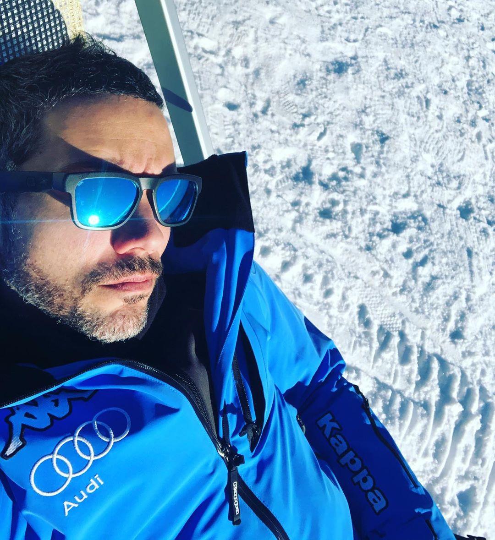L'imitatore Antonio Mezzancella sulla neve, una delle sue passioni