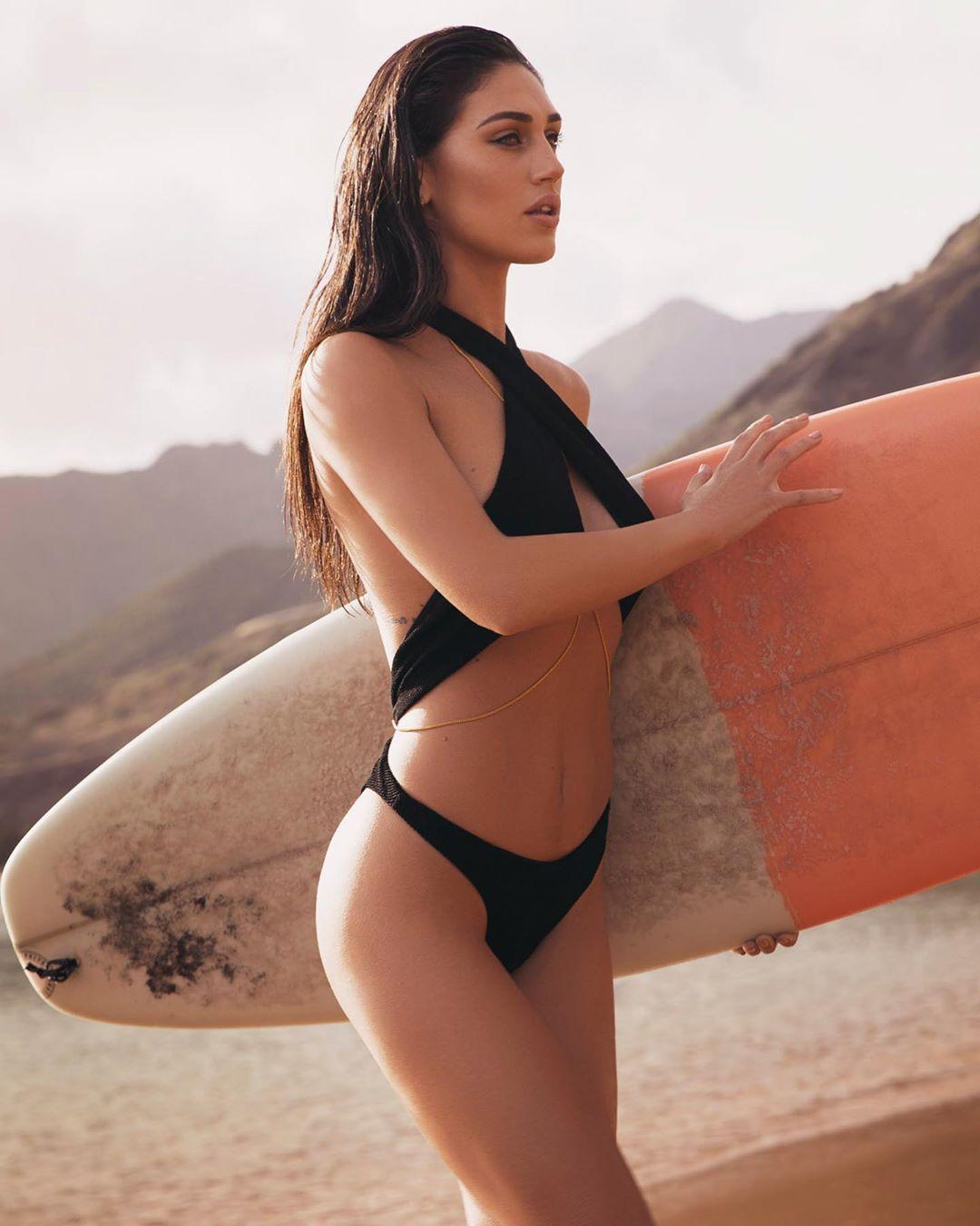Cecilia Rodriguez, conosciuta inizialmente come la sorellina di Belen si è ritagliata una suo spazio nel mondo della tv e della moda