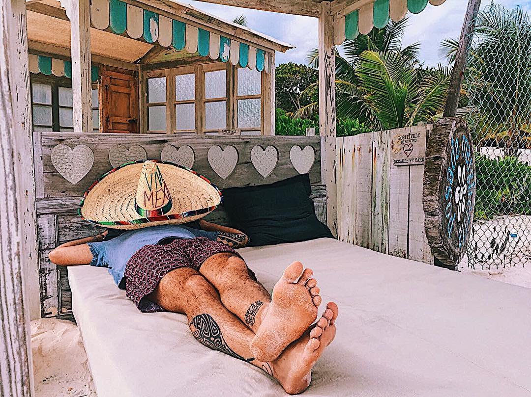 Edoardo Scotti, è anche un sommelier, ama viaggiare e il surf