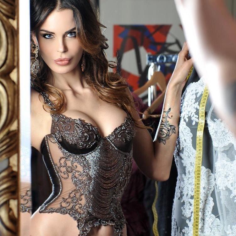 Nina Moric, attrice e showgirl che è stata in passato sposata con Corona