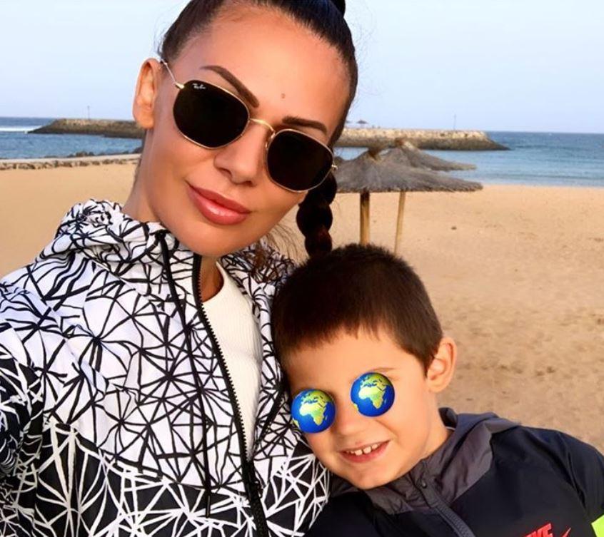 Erjona sulla spiaggia con il figlio