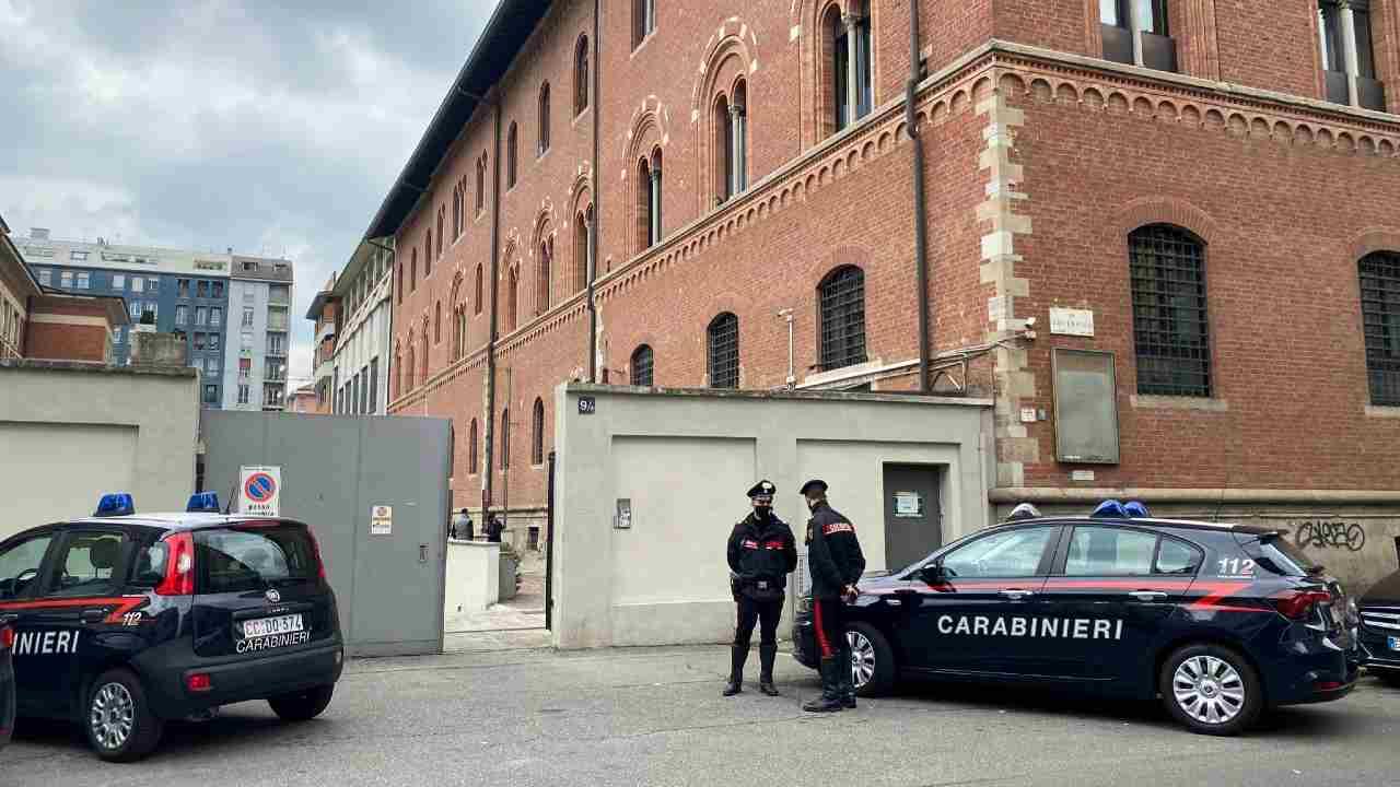 Carabinieri a scuola ragazzo milano