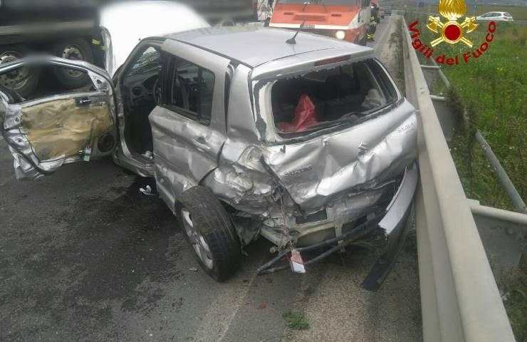 Auto contromano innesca un incidente