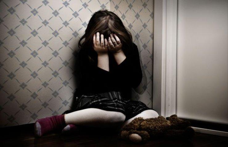 Uomo violenta figlia della compagna