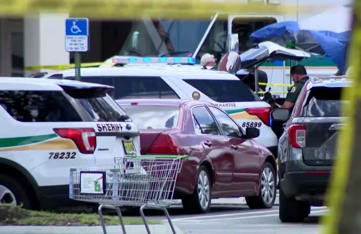 Cassiera uccisa in una sparatoria al supermercato