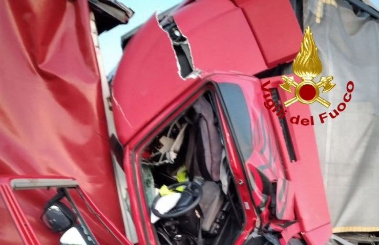 Incidente stradale tra camion