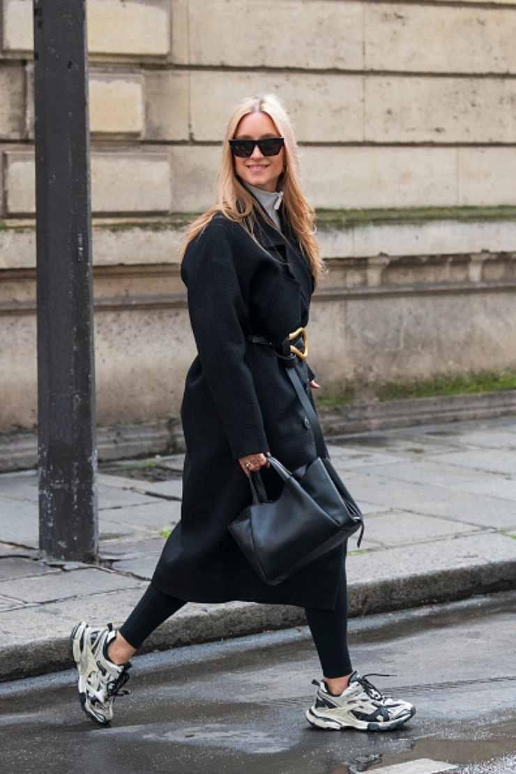 Donna con leggings neri- ciaostyle.it