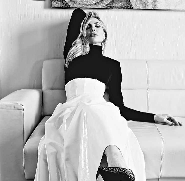 Ilary abito bianco e nero outfit da copiare
