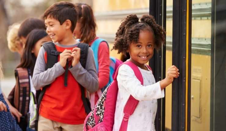bambina bus scuola