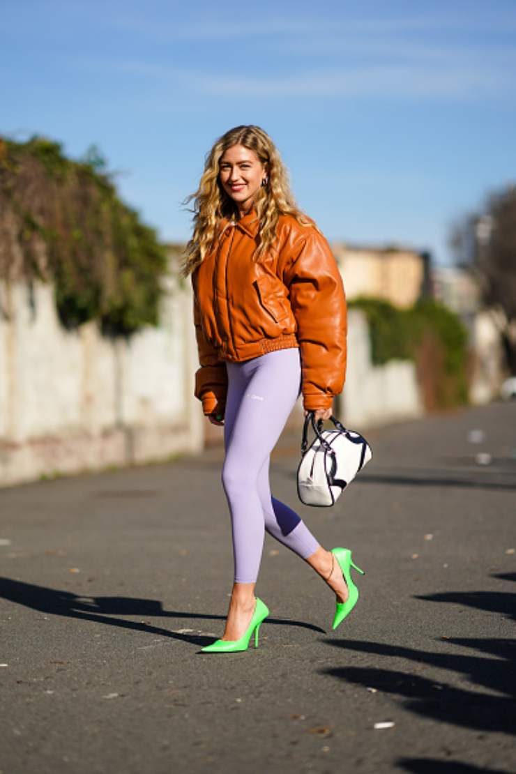Ragazza con leggings colorati