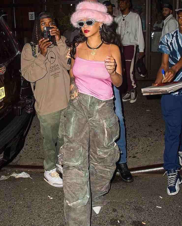 Rihanna pantaloni mimetici e canottiera rosa outfit brutto ciaostyle.it