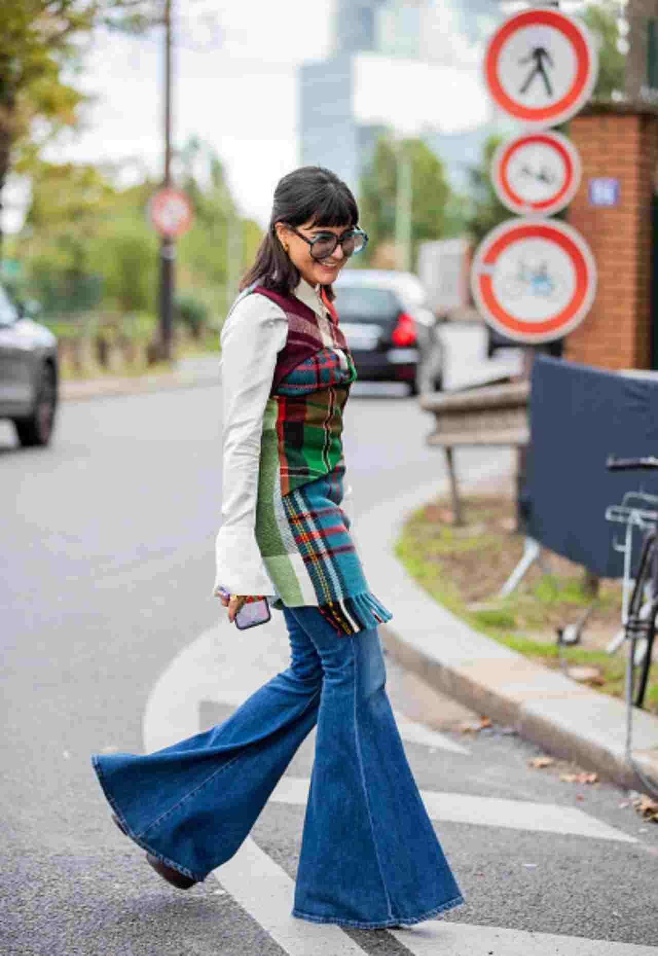 Donna con jeans a zampa