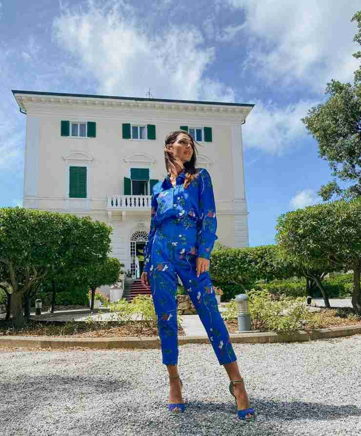 Anna Tatangelo outfit blu indovina la griffe