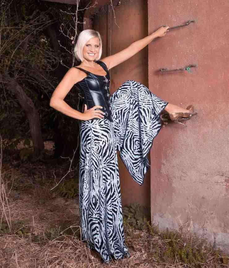 Antonella Elia look flop bustino e pantaloni