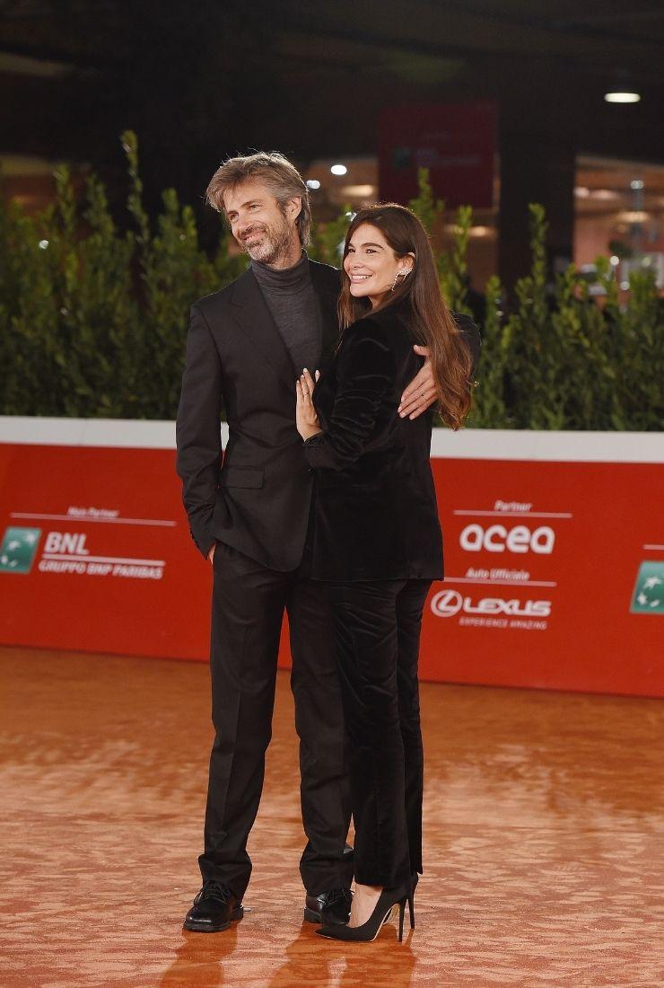 Ilaria Spada e Kim Rossi Stuart l'outfit bellissimo di lei