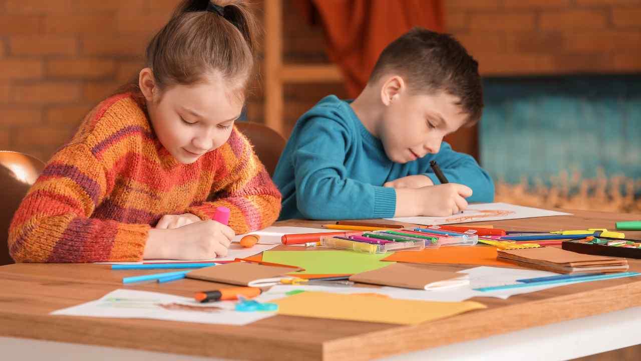 bambini che disegnano a scuola