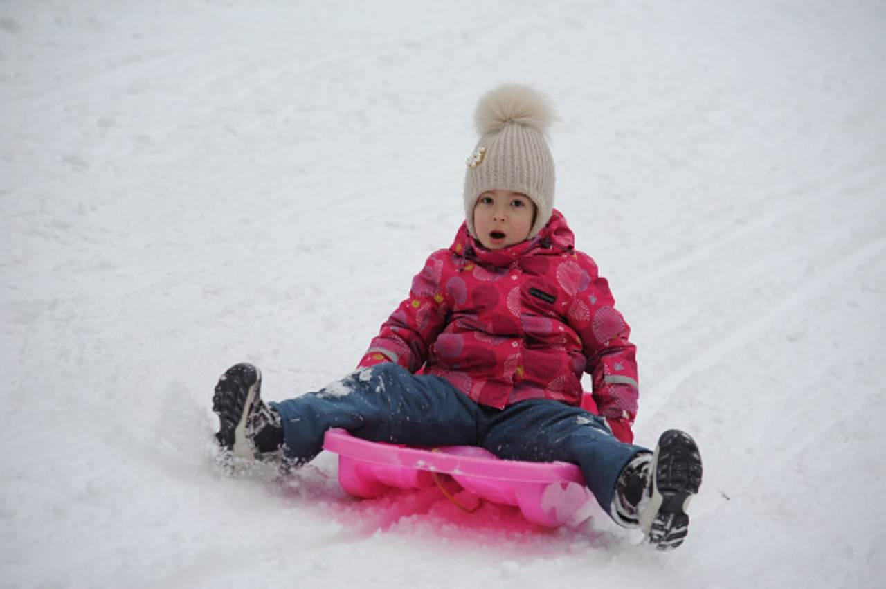 bambina slittino inverno