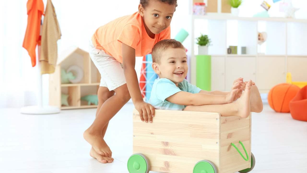 bambini che giocano indoor