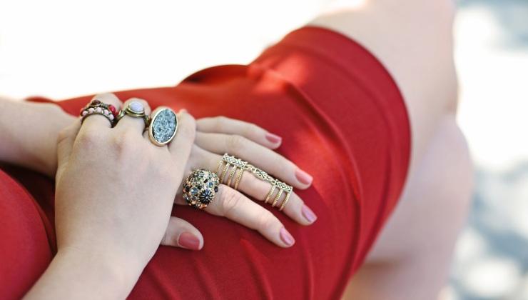 donna con anelli colorati