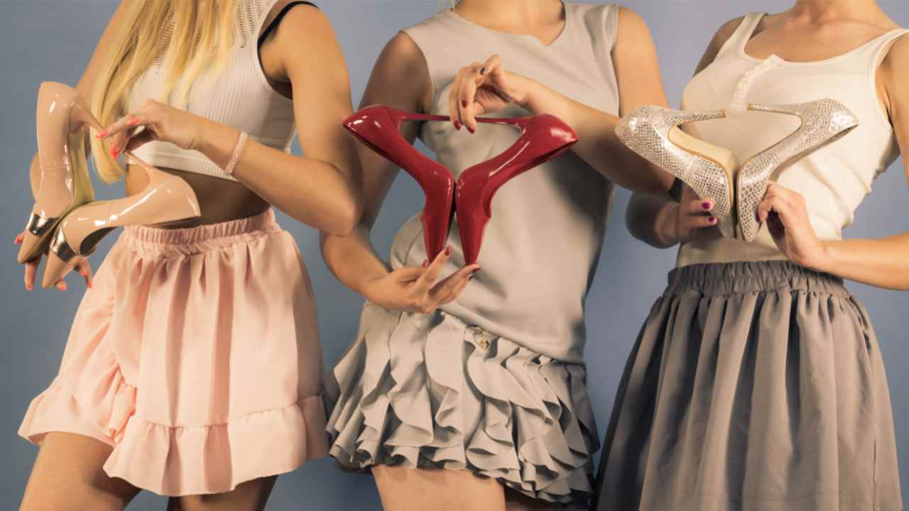 ragazze con scarpe in mano